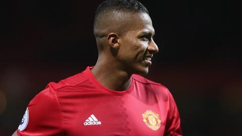 Mourinho Antonio Valencia la hau ve phai so 1 the gioi hinh anh