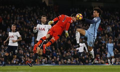 Hugo Lloris mac sai lam dan den hai ban thua cua Tottenham. Anh: Reuters.
