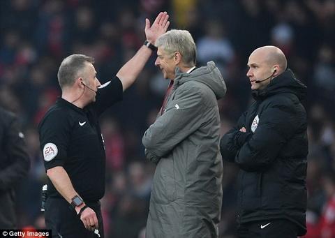 Day trong tai, Wenger doi mat voi an phat nang hinh anh