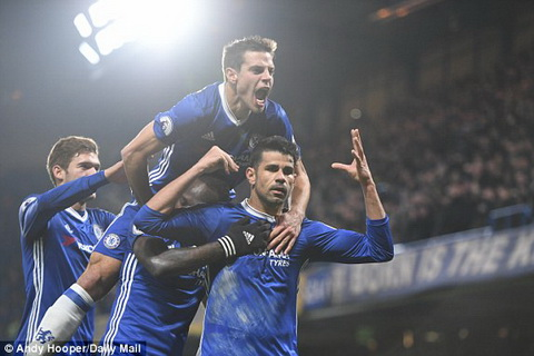 Khong ap dao doi thu nhung Antonio Conte van gianh tron ba diem nho tran thang Chelsea 2-0 Hull.