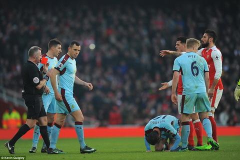 Cung rut the do voi Granit Xhaka nhung trong tai Jon Moss da bien tran dau Arsenal 2-1 Burnley tro thanh kich ban khac biet.