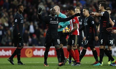 Phan ung cua Mane sau khi bi trong tai phat loi choi bong bang tay trong vong cam, dan den qua phat den thu hai cho Sunderland. Anh: Reuters.