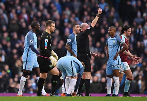 Fernandinho (ao xanh, phai) day Man City vao the kho khan, phai gong minh trong phan lon thoi gian. Anh: Reuters.
