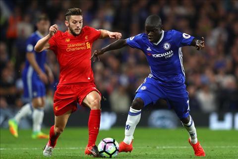 Liverpool vs Chelsea Lallana tranh bong voi Kante