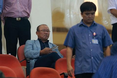 Ong Mai Duc Chung tri an hoc tro, nhan nhu HLV moi sau chien thang truoc Campuchia hinh anh