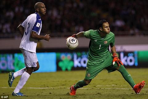 Keylor Navas dinh chan thuong khi da vong loai World Cup 2018 cung DT Chile.