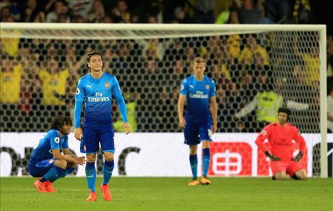 Huyen thoai Arsenal doi ban gap toi do Ozil sau tran thua nguoc Watford hinh anh