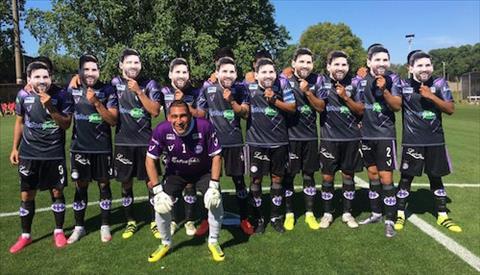 10 nguoi hung dan toc Messi xuat hien tren san co hinh anh