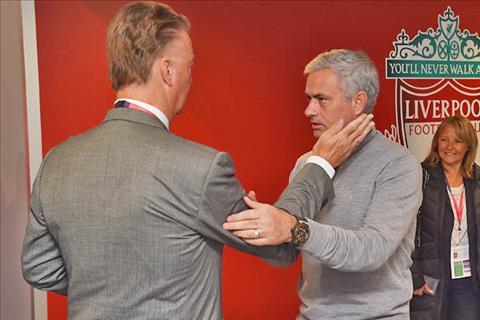 Sap vuot qua vong bang cup C1, Mourinho tranh thu da xoay Van Gaal hinh anh