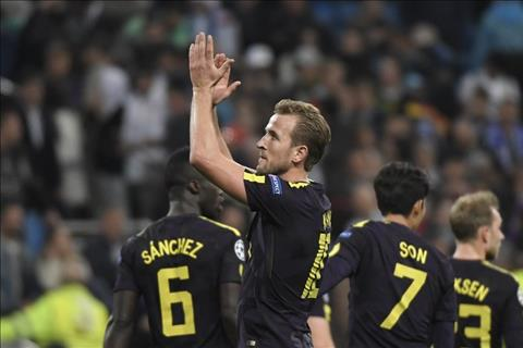 Tran hoa Real Madrid noi len dang cap cua Tottenham hinh anh