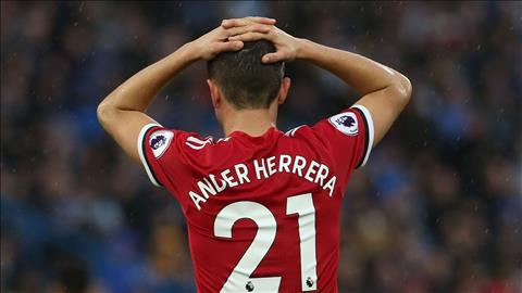 Tien ve Ander Herrera lon tieng canh bao Tottenham hinh anh 2