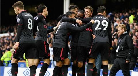 Mesut Ozil choi rat hay trong tran thang Everton.