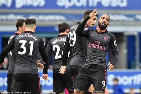 Huyen thoai Arsenal muon tan binh Lacazette bi co lap hinh anh