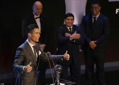 Ronaldo noi gi sau khi thong tri the gioi nam thu 2 lien tiep hinh anh