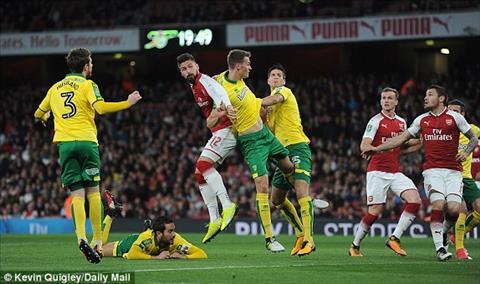 Arsenal 2-1 Norwich Sao tre 18 tuoi cuu roi Phao thu hinh anh