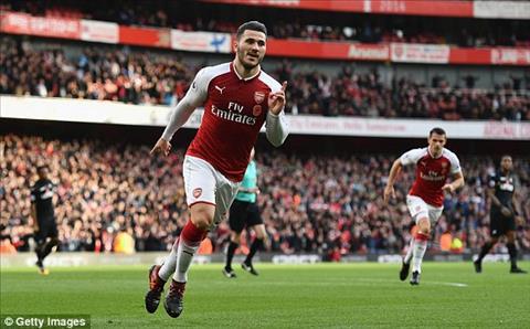 Arsenal mat tru cot sau tran thang nhoc Swansea hinh anh