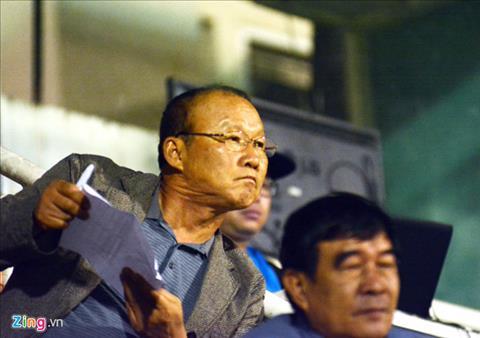HLV Park Hang Seo va tro ly xoi tung V-League de tim nhan tai hinh anh