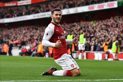 Arsenal 2-1 Swansea Day! Ly do Kolasinac la mot mon hoi hinh anh 2