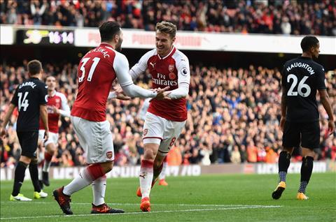 Arsenal 2-1 Swansea Phao thu lap ky luc hinh anh