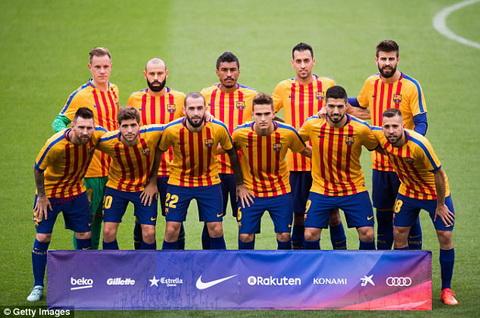 Cac cau thu CLB Barcelona chup anh truoc tran dau voi ao tuong trung cho co xu Catalan.