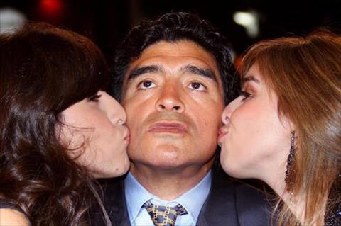 Maradona kien 2 con gai ra toa vi toi trom tien hinh anh