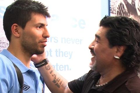 Aguero tro ve Napoli Trong noi am anh Maradona hinh anh