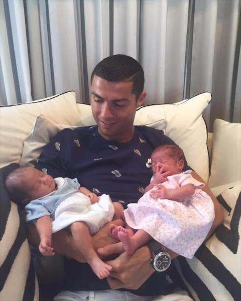 Ban gai Ronaldo sinh som, chao don co con gai dau long hinh anh 2