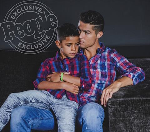 Con trai Ronaldo lan dau tien lam nguoi mau cung cha hinh anh