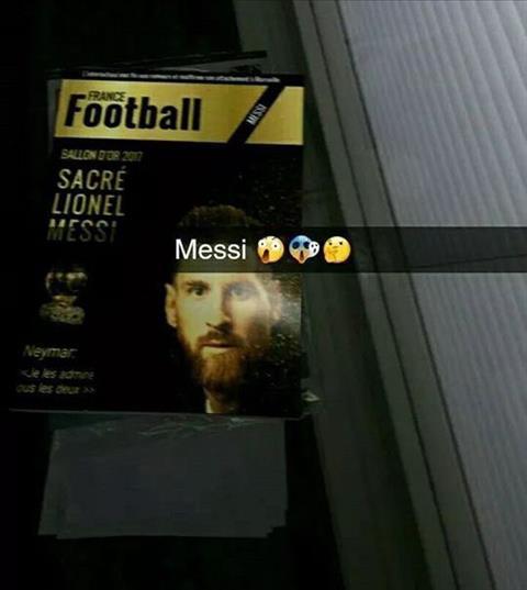 Ronaldo tu tin goi dien cho Messi de thong bao se gianh QBV 2017 hinh anh