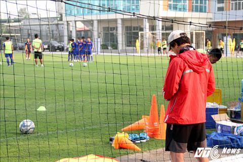HLV Park Hang Seo va tro ly bat ngo xem gio cac cau thu U19 Viet Nam hinh anh