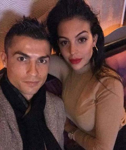 Ngoi sao Ronaldo khoe anh tinh cam voi ban gai hinh anh