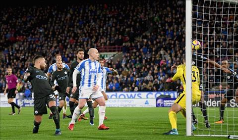 Huddersfield 1-2 Man City Niem hanh dien chua tung co cua Pep hinh anh