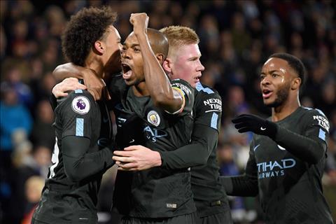 Tien ve Raheem Sterling thang hoa truoc Huddersfield hinh anh