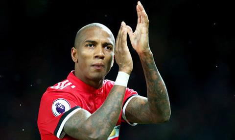 Tien ve Ashley Young muon ky hop dong dai han voi MU hinh anh 2