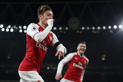 Ozil toa sang tran Arsenal 5-0 Huddersfield