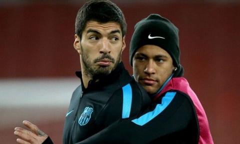Luis Suarez va Neymar tung thi dau rat an y trong mau ao Barcelona.