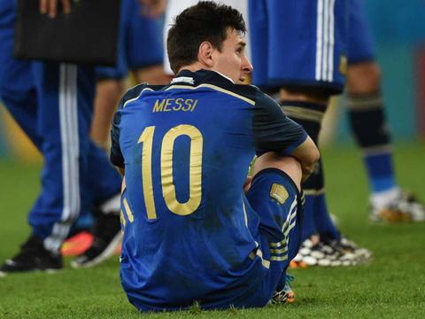 Lionel Messi buon chan khi that bai trong tran chung ket World Cup 2014.