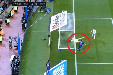 Tinh huong Luis Suarez dua bong vao luoi nhung khong duoc cong nhan