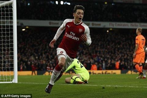 Tien ve Mesut Ozil duoc Barca quan tam hinh anh