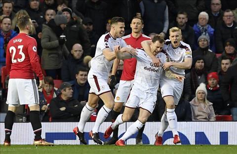 Du am MU 2-2 Burnley Mourinho dang niu chan Pogba hinh anh