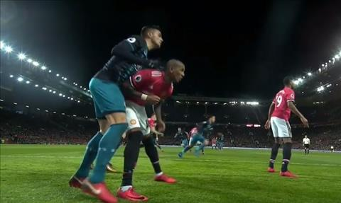 Tien ve Ashley Young bi cam thi dau 3 tran hinh anh 2
