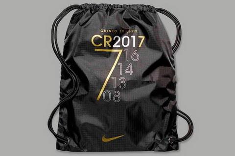 Ngoai giay, Nike cung dua ra mot so mat hang luu niem nhu tui de ky niem lan thu 5 Cristiano Ronaldo gianh qua bong vang.
