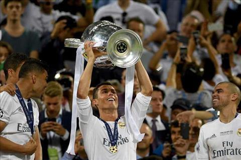 Ronaldo gianh Qua bong vang 2017 Sanh ngang Messi O khong… hinh anh 3