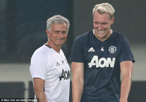 Phil Jones Cach dung nguoi cua Mourinho giong Alex Ferguson hinh anh
