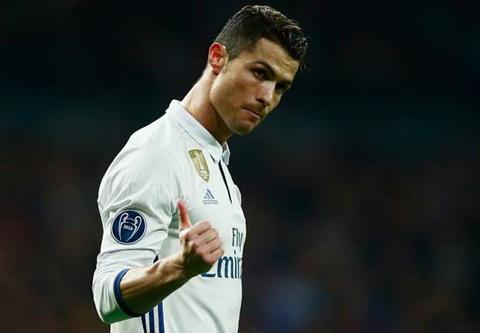 Cris Ronaldo lap ky luc kien tao trong tran thang Napoli.