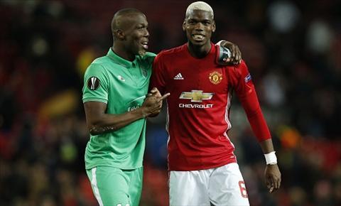 Paul Pogba gap lai anh trai Florentin trong tran dau tai Old Trafford. Anh: Reuters.
