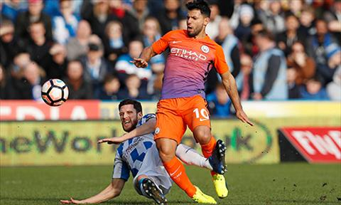 Aguero va dong doi bat luc truoc nhung dong nghiep vo danh, kem tieng tam hon nhieu ben phia Huddersfield. Anh: Reuters.