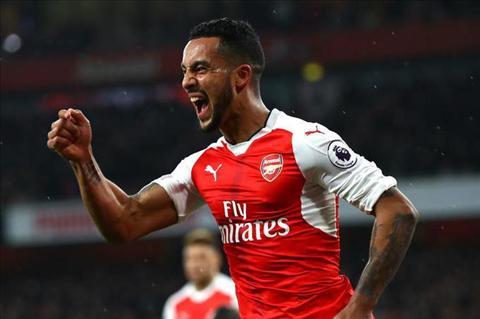 Tuong lai cua Theo Walcott tai Arsenal da duoc sang to hinh anh