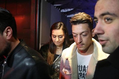 Mesut Ozil bi bat gap di nghi voi cuu Hoa hau Tho Nhi Ky hinh anh