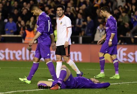 Valencia 2-1 Real Madrid Los Blancos lap ky luc hinh anh
